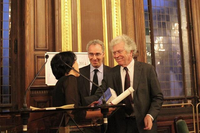 Sema Kiliçkaya reçoit son prix des mains de Pierre Joxe, ancien ministre, président de la Fondation Seligmann, et de François Weil, recteur de l'académie, chancelier des universités de Paris.