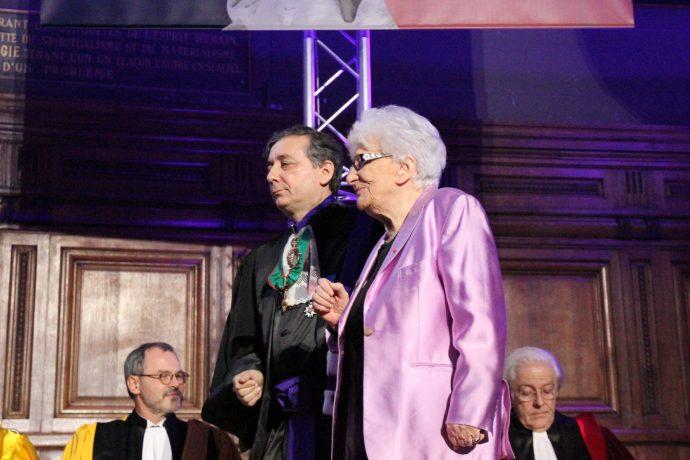 Gilles Pécout accompagne Yvette Roudy sur scène lors de la cérémonie de remise des prix 2016.