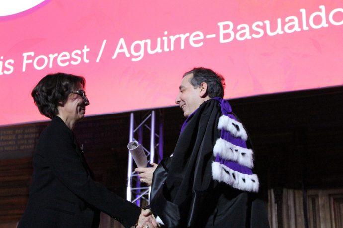 Le recteur Gilles Pécout remet un prix à une lauréate des prix de la Chancellerie 2016