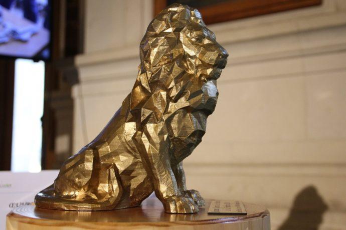 Le Lion des Flandres stylisé, objet de l'épreuve de fonderie, offert au ministre lors de la cérémonie du concours général 2018 en Sorbonne.