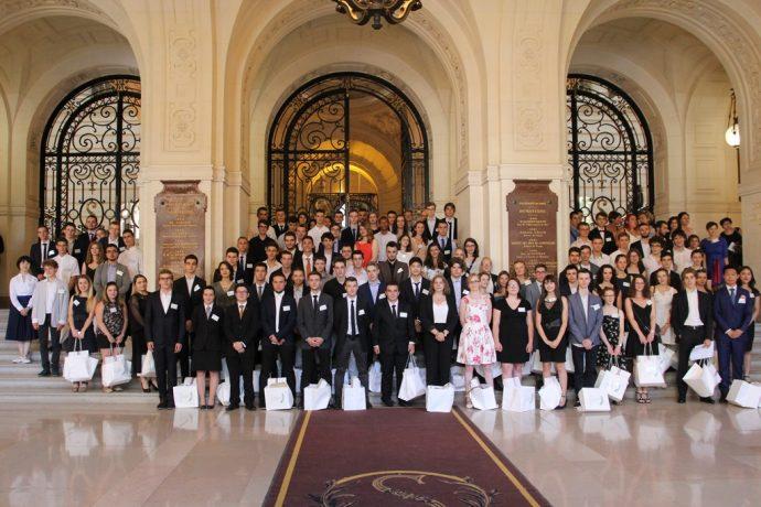 Photos de groupe des lauréats du Concours général 2018 dans le Grand Hall en Sorbonne.