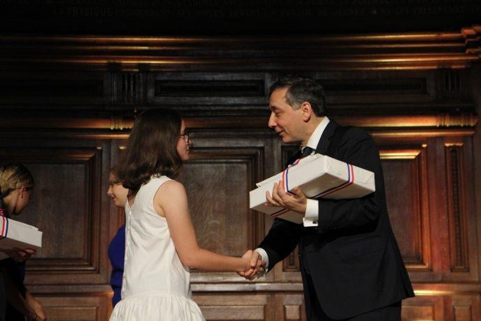 Gilles Pécout remet son prix à une lauréate lors du Concours général 2018.