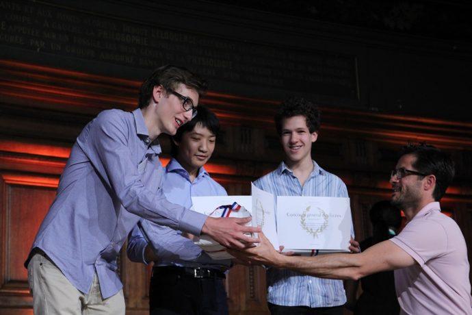 Adrien Sutter reçoit son premier prix de Physique-Chimie des mains du grand sportif Cyril Moré.