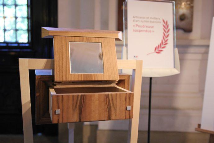 La « Poudreuse suspendue » réalisée par le lauréat du premier prix de la discipline ébénisterie, Enzo Borettaz, du lycée des métiers d'art et de l'image de la SEPR à Lyon.