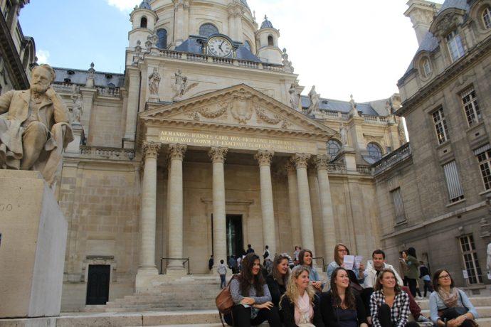 Des étudiants dans la Cour d'Honneur de la Sorbonne