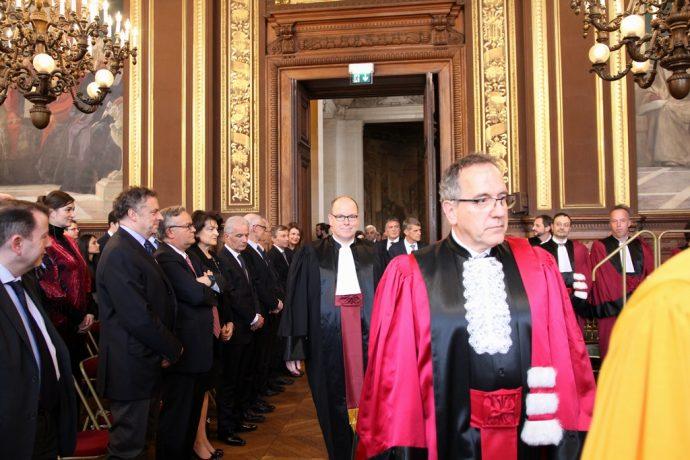 Le Prince Albert 2 de Monaco entre dans le Grand Salon accompagné du cortège académique lors de la remise de son DHC.
