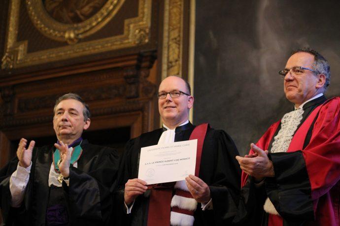 Gilles Pécout (à gauche), S.A.S. Albert II de Monaco et Jean Chambaz lors de la cérémonie de remise du DHC au souverain en Sorbonne.