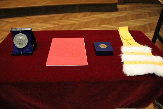 De gauche à droite, la Grande Médaille de la Chancellerie des universités de Paris et les insignes de Docteur Honoris Causa remis à Joachim Gauck, dont l'épitoge de couleur jaune, celle des arts, des lettres de la philosophie et des humanités.