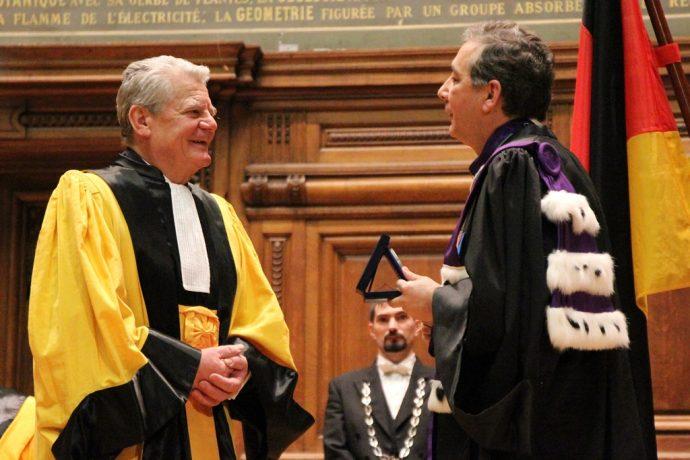 Gilles Pécout (à droite) remettant la Grande Médaille de la Chancellerie des universités de Paris au Président Joachim Gauck.