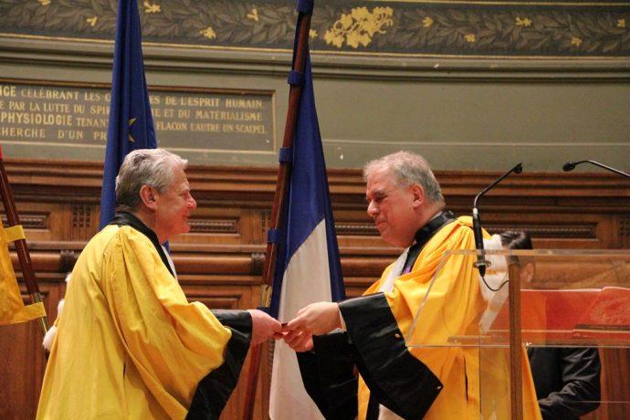 Joachim Gauck reçoit son diplôme des mains de Barthélémy Jobert.