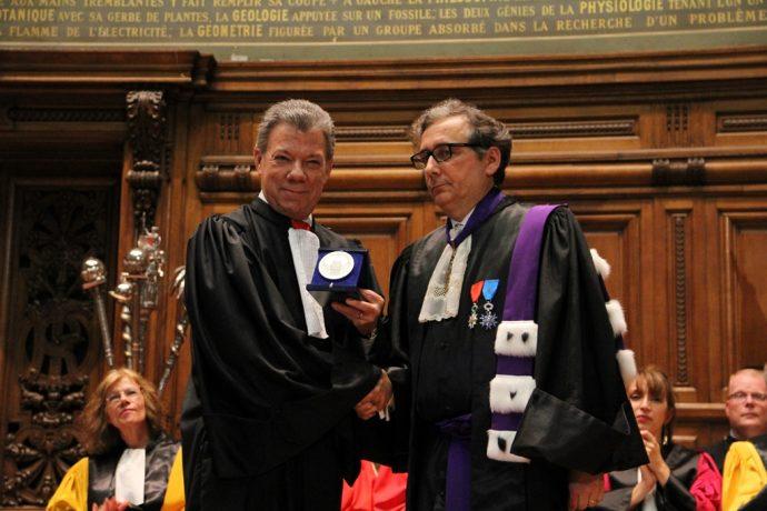 Doctorat Honoris Causa de Juan Manuel Santos : remise de la Grande Médaille de la Chancellerie des universités de Paris.