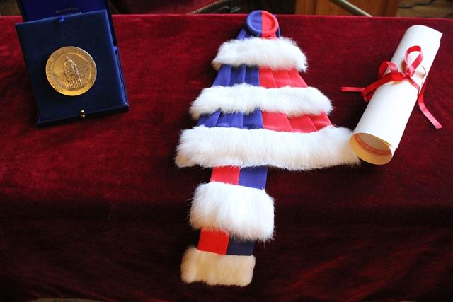 De gauche à droite, la médaille de la Chancellerie des universités de Paris et les insignes de Docteur Honoris Causa, remis à Michelle Bachelet.