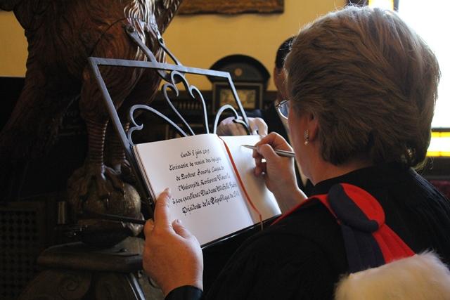 La Présidente de la République du Chili signant le livre d'or de la Chancellerie des universités de Paris.