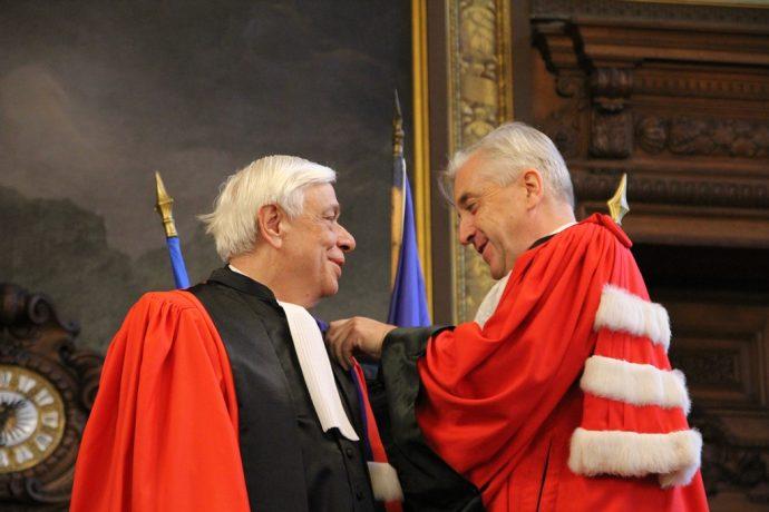 Guillaume Leyte (à droite), président de l'université Panthéon-Assas, remettant les insignes de Docteur Honoris Causa à Prokopis Pavlopoulos.