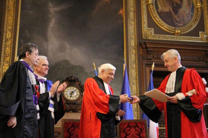 Le président de l'université Panthéon-Assas remet les insignes de Docteur Honoris Causa à Prokopis Pavlopoulos.