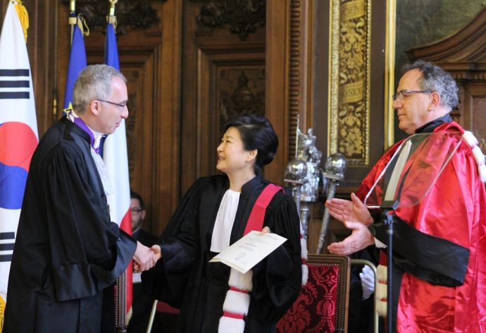 La Présidente de la République de Corée, Mme Park Geun-hye, félicitée par François Weil, Recteur de la région académique Île-de-France, Recteur de  l'académie de Paris, Chancelier des universités (à gauche) et Jean Chambaz, président de l'université Pierre et Marie Curie (UPMC).