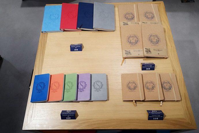 Carnets - couverture souple Différents coloris disponibles Grand format : 16,00 € Petit format : 10,00 € Carnets - couverture liège 100% papier recyclé Grand format : 16,00 € Petit format : 11,00 €