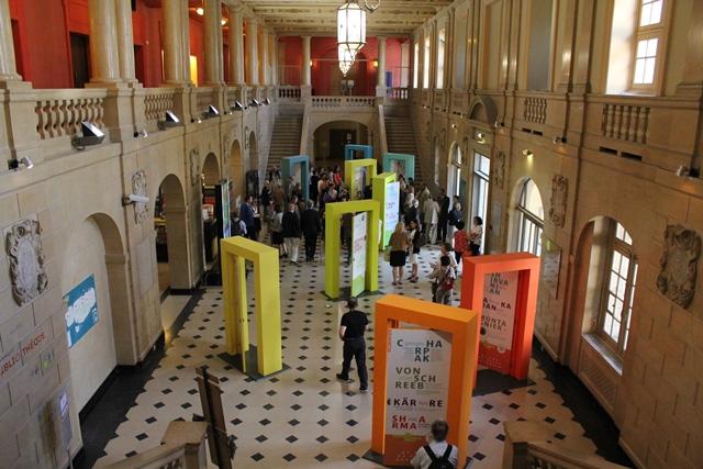 L'exposition « Entrez dans l'histoire », dans le hall de la Maison internationale de la CiuP.