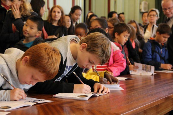 Des enfants complètent le guide jeune public lors des JEP 2017 en Sorbonne.