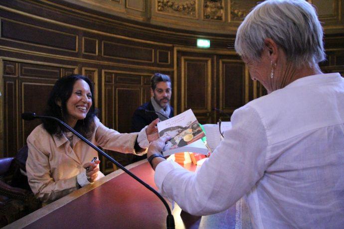 Zarina Khan dédicace La sagesse d'aimer lors des JEP 2018 en Sorbonne.
