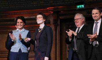 Claire Voisin montre sa médaille d'or du CNRS 2016