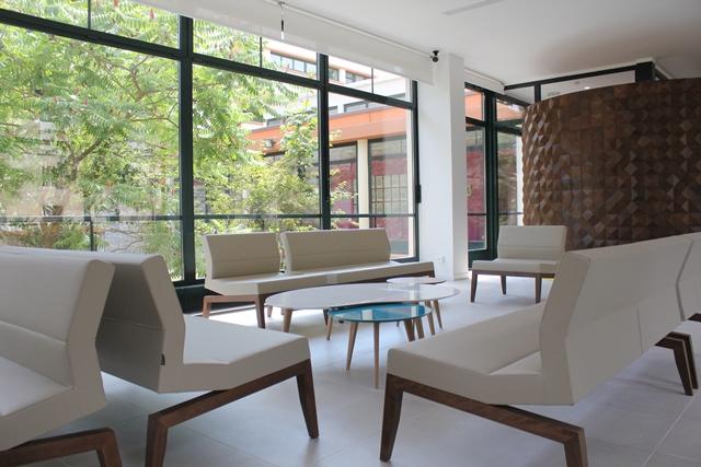 L'accueil, avec le mobilier typique des créations de Charlotte Perriand et jean Prouvé.