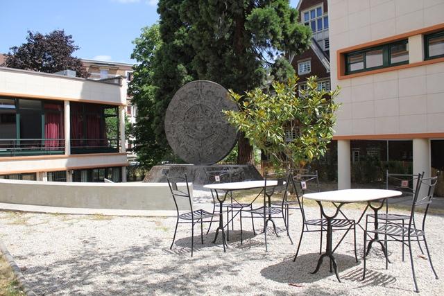 Le patio, avec une réplique de la « Pierre du soleil », un calendrier aztèque de 3,60 mètres de diamètre découvert sur la place centrale de Mexico en 1790.