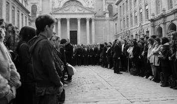 Recueillement dans la Cour d'honneur de la Sorbonne.