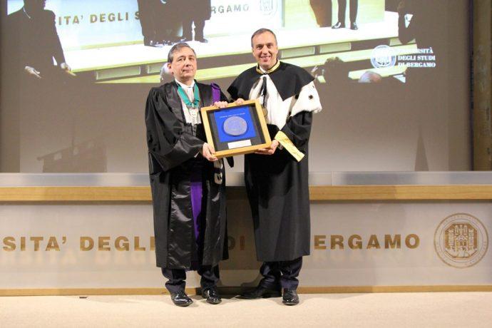 À l'issue de la cérémonie, Remo Morzenti Pellegrini a offert à Gilles Pécout une plaque de l'Université de Bergame.