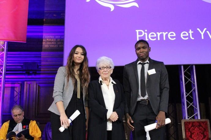 Keltoum Merroune et Guy Adel Daniel Kegnike reçoivent le prix Pierre et Yvette Roudy des mains d'Yvette Roudy, ancienne ministre, à l'occasion de la cérémonie de remise des prix solennels 2015.