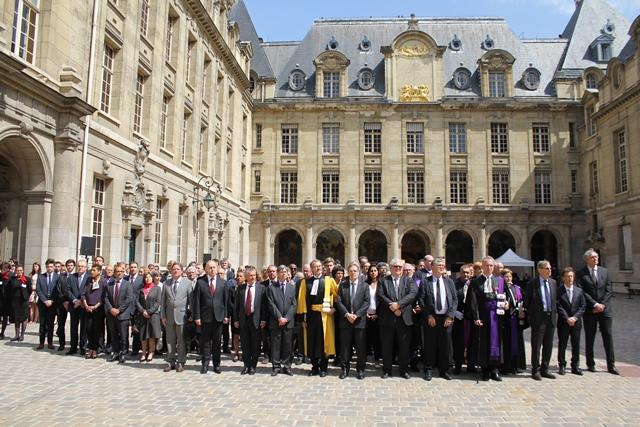 Les délégations des représentants de l'enseignement supérieur et de la recherche lors de l'hommage du 27 mai.