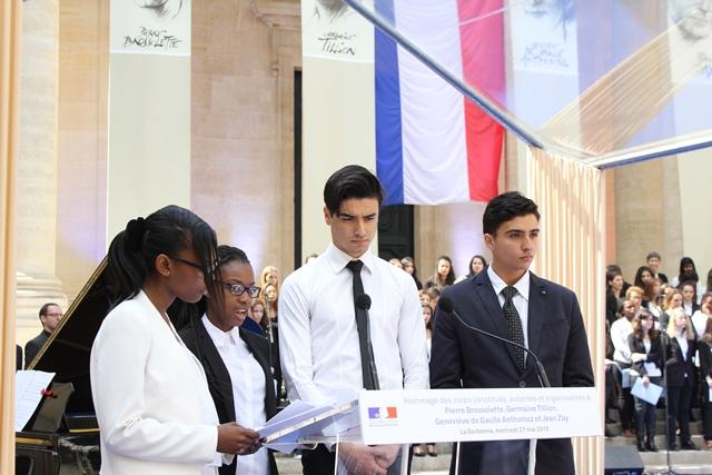Le 27 mai, quatre élèves du lycée Jean-Jacques Rousseau de Sarcelles lisent le Fragment 128 des Feuillets d'Hypnos de René Char et Le Veilleur du pont au change de Robert Desnos.