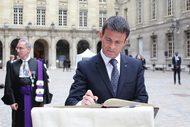 Le 27 mai, le Premier ministre, Manuel Valls, signe le livre d'or de la Chancellerie.