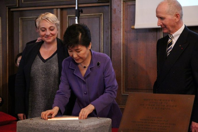 La pose de la symbolique première pierre, dans le Salon Honnorat de la CiuP. De gauche à droite, Pascale Boistard, Secrétaire d'État chargée de personnes âgées et de l'autonomie, représentant l'État français, Park Geun-hye, Présidente de la République de la Corée du Sud et Marcel Pochard, Président de la Cité internationale.