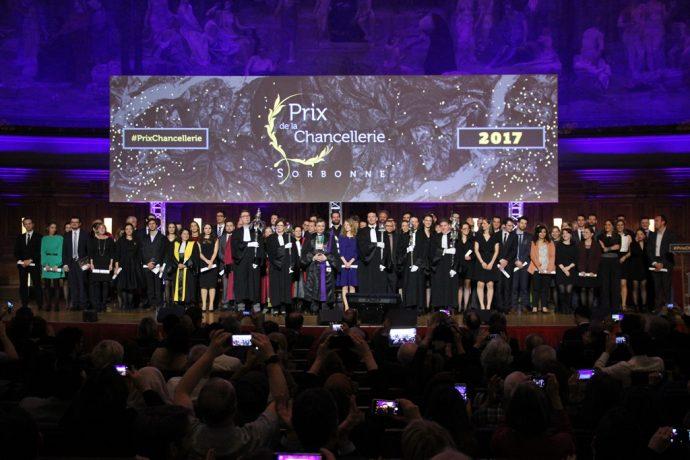 Photo finale de groupe lors de la cérémonie de remise des prix de la Chancellerie 2017 en Sorbonne.