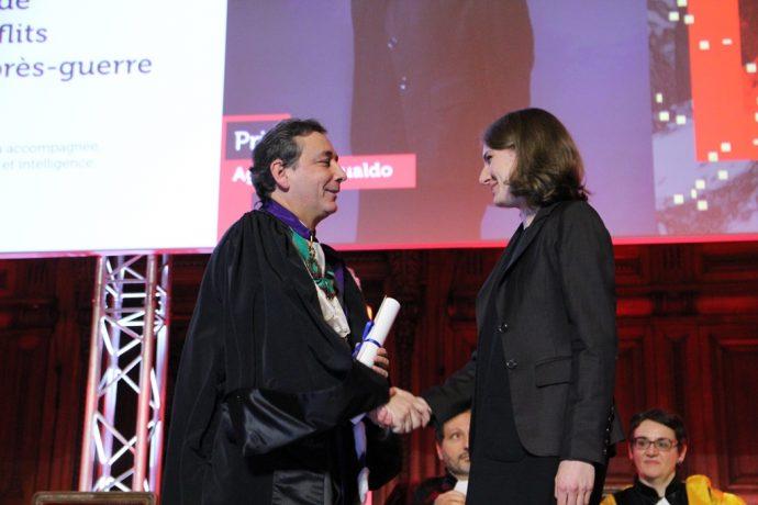 Le recteur Gilles Pécout félicite une lauréate lors de la cérémonie de remise des Prix de la Chancellerie 2017.
