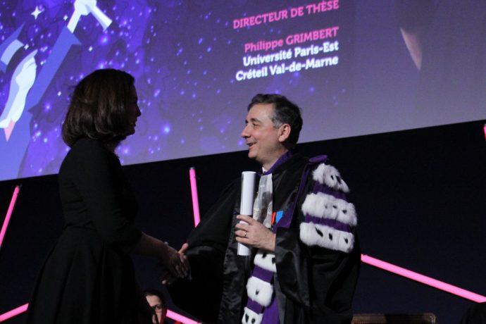 Gilles Pécout remettant son prix à l'une des lauréates des Prix de la Chancellerie 2018 lors de la cérémonie officielle.