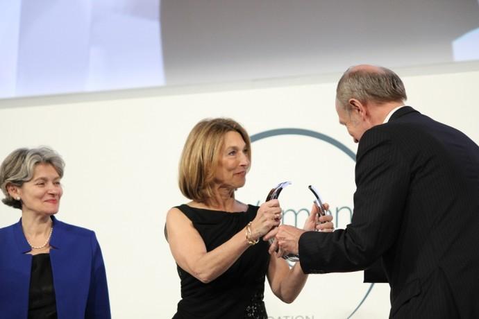 De gauche à droite, Irina Bokova, Directrice-générale de l'UNESCO ; Professeur Laurie Glimcher, lauréate pour l'Amérique du Nord et Jean-Paul Agon, PDG de L'Oréal et Président de la Fondation L'Oréal