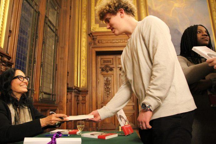 La cérémonie s'est terminée sur une séance de dédicace et chaque élève du lycée Voltaire présent a pu repartir avec son exemplaire personnalisé.