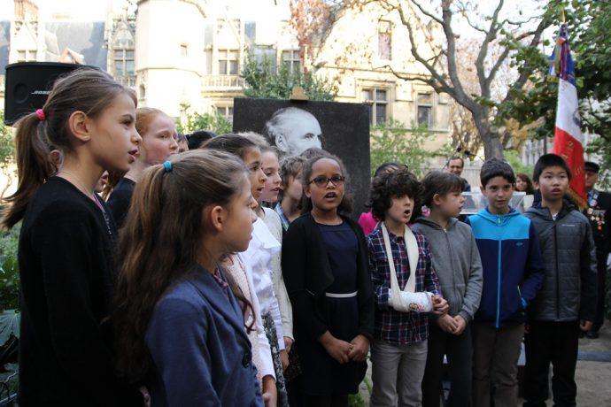 La Marseillaise chantée lors de la cérémonie de réinstallation du buste d'Octave Gréard square Paul Painlevé.