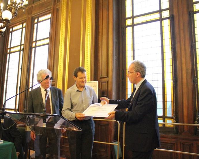 Hugues Lagrange reçoit son prix des mains de Pierre Joxe, ancien ministre, Président de la Fondation Seligmann, et de François Weil, Recteur de l'académie, Chancelier des universités de Paris