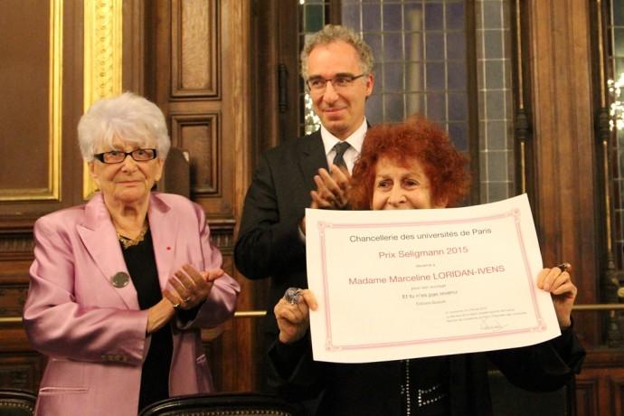 Marceline Loridan-Ivens brandit le prix qu'elle vient de recevoir des mains de François Weil, recteur de la région académique Île-de-France, recteur de l'académie de Paris, chancelier des universités, et d'Yvette Roudy, ancienne ministre.