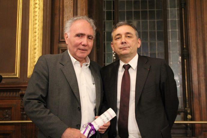 Gilles Pécout, recteur de la région académique Île-de-France, recteur de l'académie de Paris, chancelier des universités (à droite), vient de remettre à Alain Chouraqui (à gauche) le prix Seligmann 2016