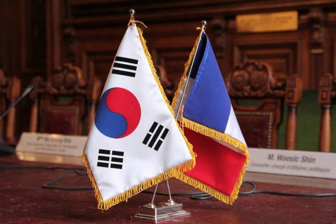 Le drapeau coréen et le drapeau français lors de la signature en Sorbonne de l'acte d'acceptation de la donation de la Maison de la Corée de la CiuP aux universités de Paris.