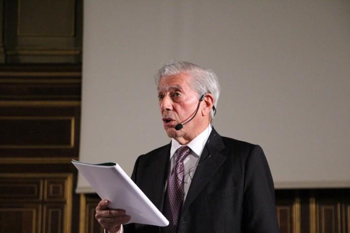 Mario Vargas Llosa, en pleine lecture.