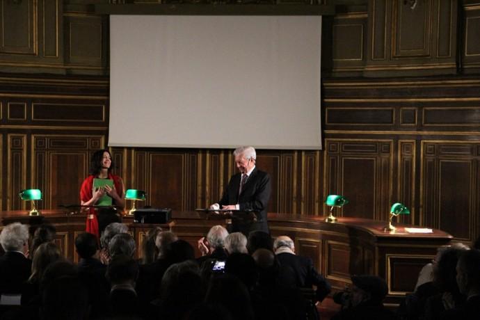 Mario Vargas Llosa et Joaquina Belaunde, applaudis par le public, conquis.