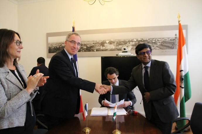 Vignette_Signature_acte_donation_Maison_de_l-Inde