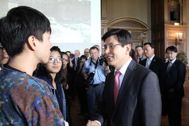 S. E. M. Hwang Kyo-ahn a rencontré des étudiants coréens – la CiuP en accueille 65 cette année – et français lors de sa visite.