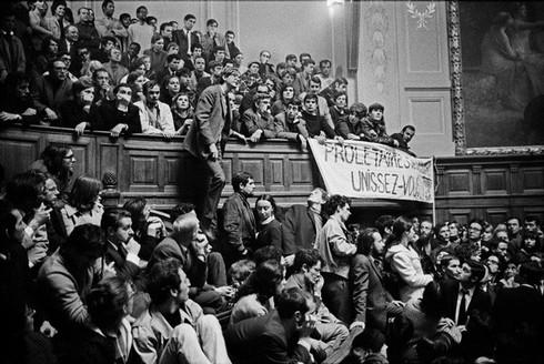 Une assemblée générale étudiante dans l'amphithéâtre Richelieu lors des événements de Mai 1968