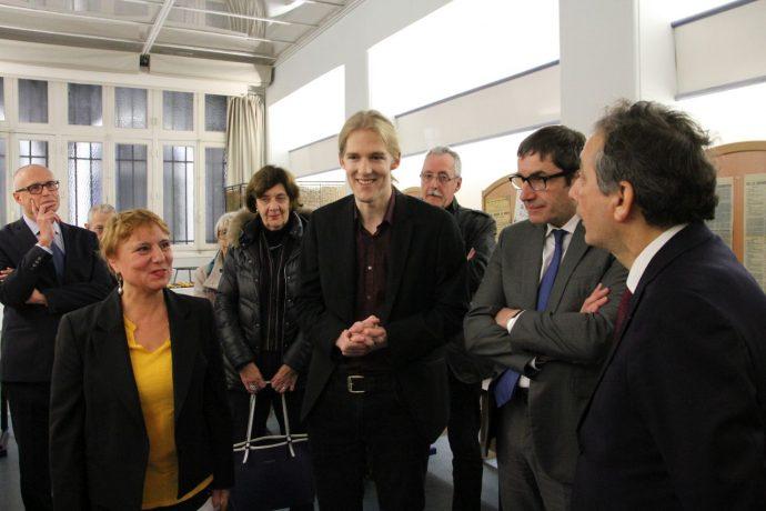 Stéphanie Méchine et Vincent Mohnen (à gauche et au centre), du service des Archives, présentent l'exposition lors de son inauguration, le 28 novembre 2018.